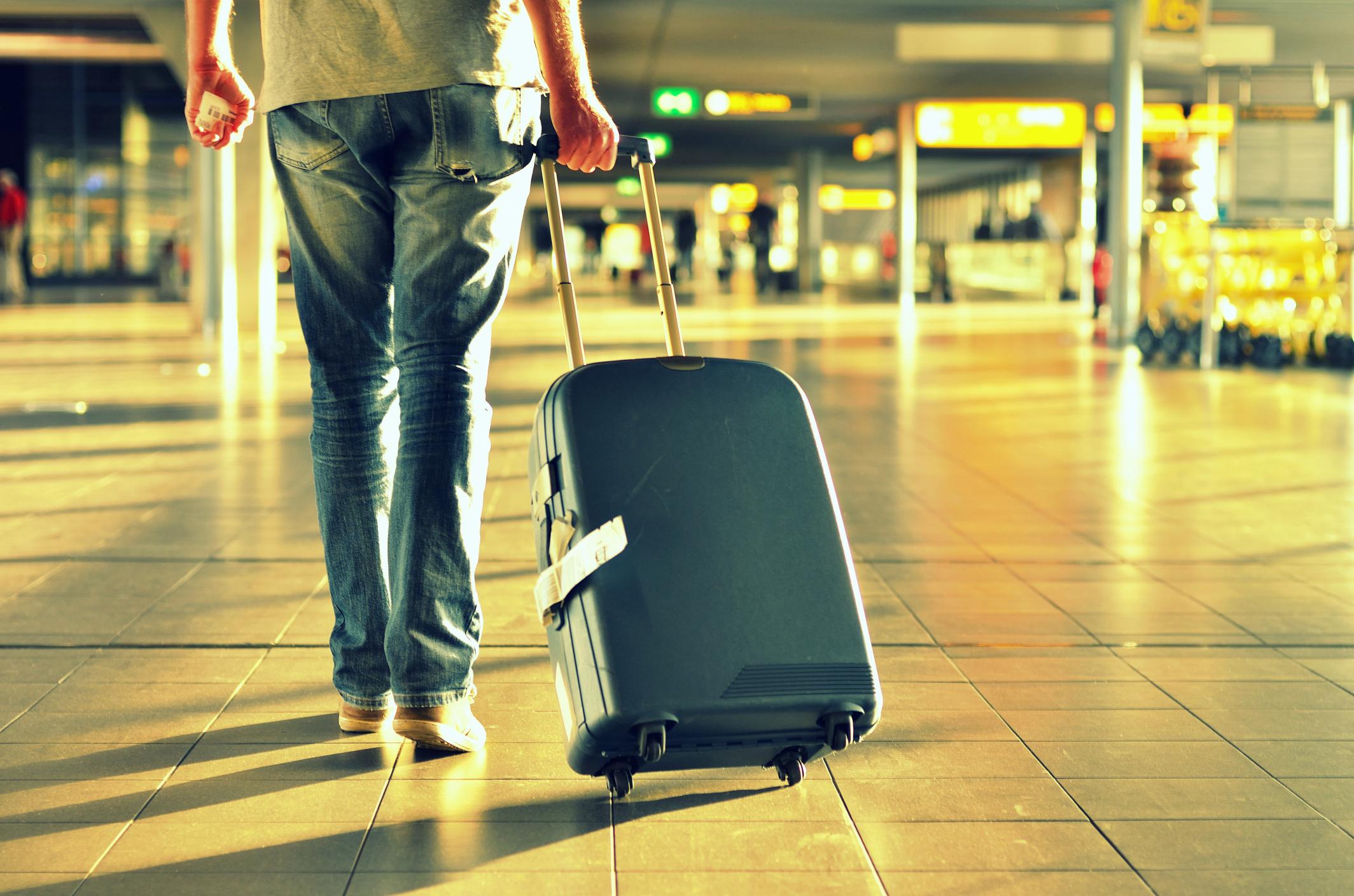 честь картинка человека с чемоданами использовать возможности